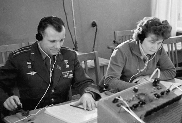 Летчики-космонавты Юрий Гагарин  и Валентина Терешкова  на занятиях в радиоклассе. 1963г.