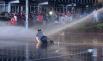 Против митингующих не раз применяли слезоточивый газ и водяные пушки.