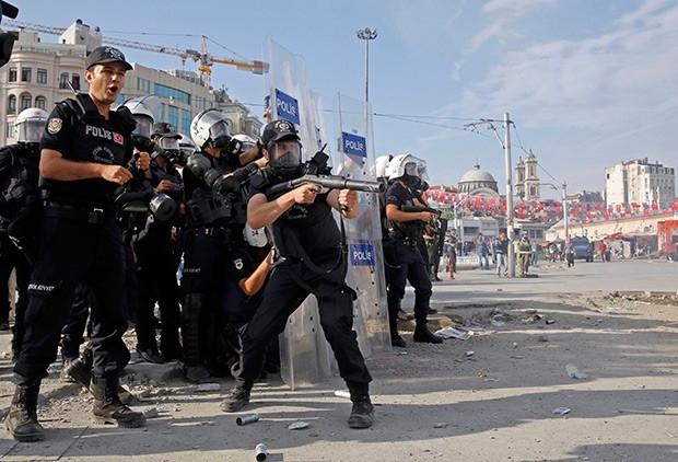 Бойцы полицейского спецназа вытеснили с площади Таксим в Стамбуле демонстрантов