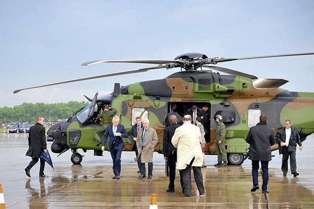 Министр обороны Франции Клод Бартолон прибыл на авиасалон на вертолете