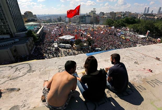 По данным правоохранителей, от беспорядков пострадали свыше сотни человек, и более 60 были задержаны.
