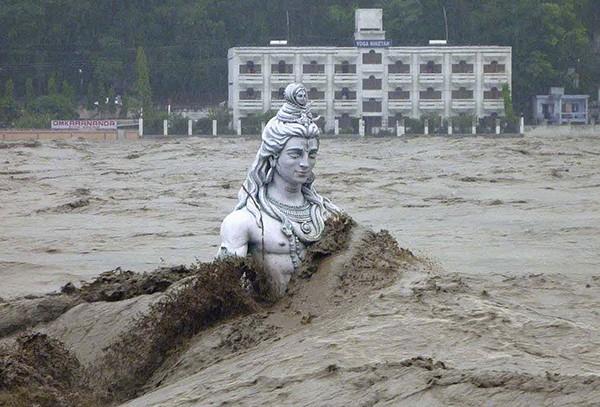 Стихия повредила 150 мостов и блокировала десятки тысяч паломников, которые находятся в важных храмах на территории этого индийского штата.