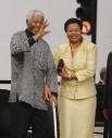 Нельсон Мандела и его супруга Граса Машел.  Первоначально Мандела в борьбе против режима апартеида применял ненасильственные методы. Однако после расстрела демонстрации мирных жителей в поселке Шарпевиль и запрета деятельности АНК Мандела возглавил воор