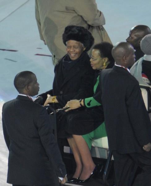 Нельсон Мандела и его супруга Граса Машел на церемонии закрытия Чемпионата мира по футболу - 2010.  За свою жизнь Нельсон Мандела женился три раза. Последней его женой стала Граса Машел, вдова президента Мозамбика Самора Машела. После того, как от СПИД