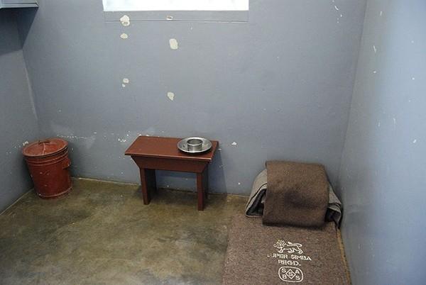 Камера Манделы в тюрьме на острове Роббен.  В 1962 году Нельсон Мандела был арестован и оказался за решеткой, где провел 27 лет, 18 из них – в одиночной камере тюрьмы на острове Роббен.  В 1990 году президент ЮАР Фредерик де Клерк легализовал АНК, и Н