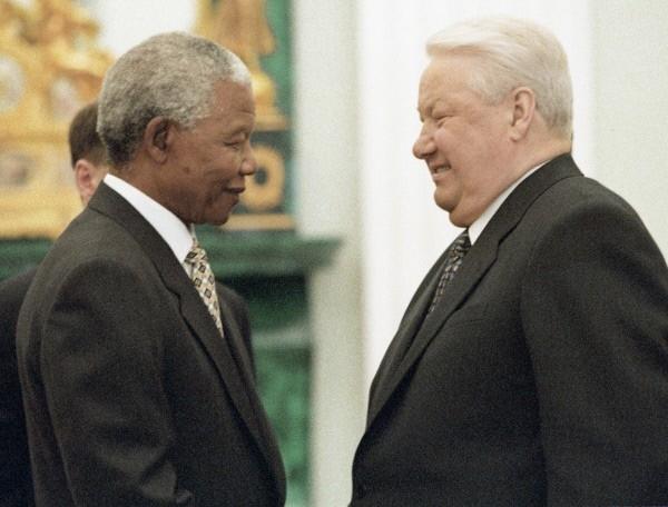 Президенты ЮАР И РФ Нельсон Мандела и Борис Ельцин во время встречи в Кремле. 1995 г.  Находясь в тюрьме, Мандела приобрел мировую известность. Он также учился по корреспонденции в Лондонском университете и стал бакалавром юридических наук.