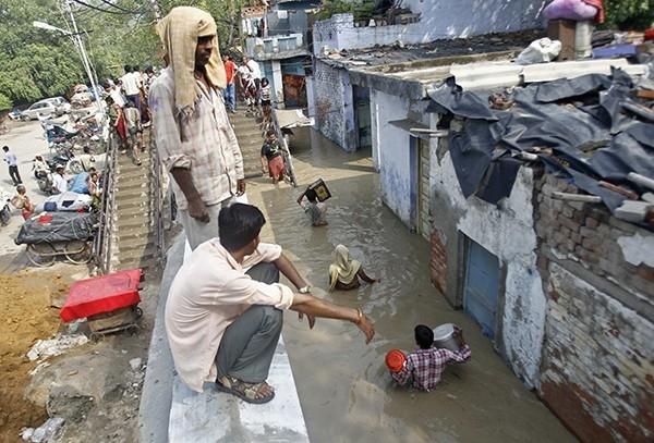 Заблокированных из-за разрушения мостов и размыва дорог, а помощи ждут, по разным данным, от 22 до 50 тысяч человек