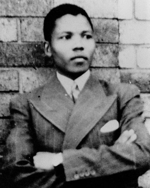 Нельсон Мандела в 1937 году  Нельсон Мандела родился 18 июля 1918 года в деревне Мвезо близ города Умата в Южной Африке. Он происходил из народа коса и был представителем младшей ветви рода династии тембу, которая правила в одном из регионов ЮАР. В девя