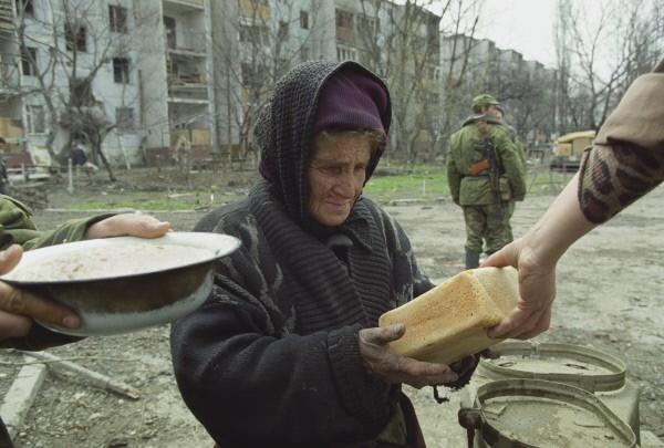 Жителям города Грозный раздают пищу на пункте у здания Ленинской комендатуры по инициативе Министерства по чрезвычайным ситуациям РФ. 2000
