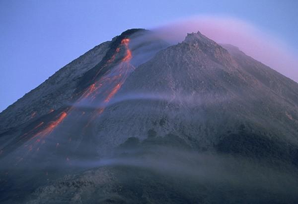 Вулкан Мерапи (Центральная Ява, Индонезия) - крупнейший в Индонезии действующий вулкан.Крупные извержения наблюдаются в среднем каждые 7 лет, мелкие — примерно 2 раза в год. Дымит вулкан почти каждый день.