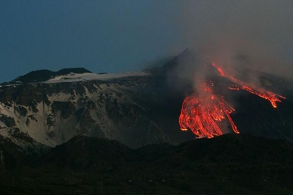 Вулкан Этна. Действующий, один из самых больших и опасных вулканов мира, расположенный на восточном побережье Сицили. Высота не может быть указана точно, так как верхняя точка постоянно меняется в результате извержений.