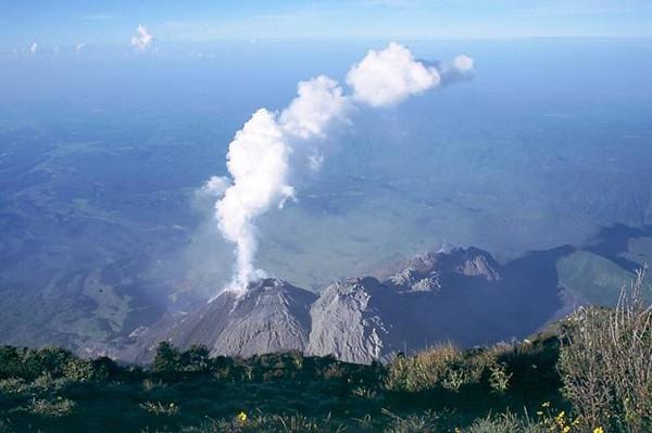 Активность вулкана Санта-Мария (21 августа 2004 г.). Первые извержения начались приблизительно 30 тысяч лет назад, а в 20-м веке было 3 мощных извержения, первое из которых после 500 лет сна - в 1902 году.