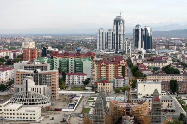 Строительство здания Национального музея (справа на первом плане) и здания Национальной библиотеки (слева на первом плане) в городе Грозном. 2011