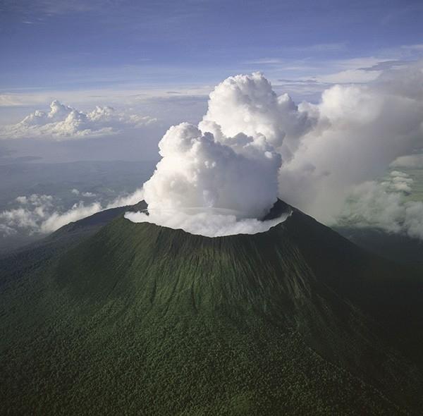 Вулкан Ньирагонго (Демократическая республика Конго) - действующий вулкан высотой 3469 метров, находится в горах Вирунга в центральной части Африки и считается одним из самых опасных вулканов на африканском континенте.
