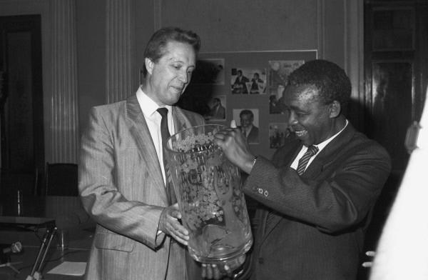 В МГУ им. М.В. Ломоносова состоялось торжественное заседание совета университета по случаю передачи диплома почетного доктора МГУ  Нельсону Манделе. 1988