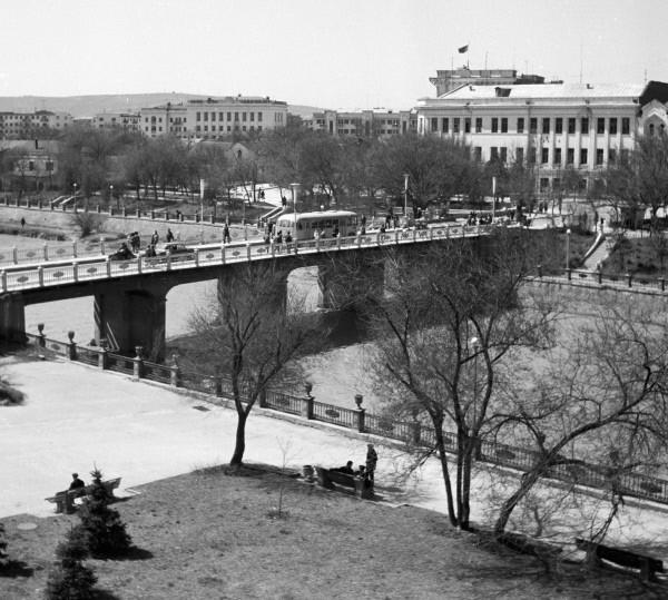 Мост через реку Сунжу в Грозном. 1969    В декабре 1936 года Грозный стал столицей вновь созданной Чечено-Ингушской АССР. В годы Великой Отечественной войны грозненская нефть обеспечивала потребности страны в топливе.