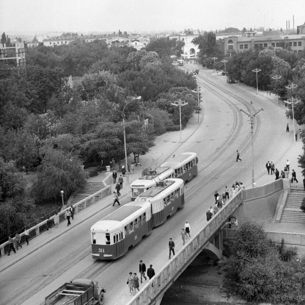 На одной из улиц города Грозного. 1970  Ппосле прихода к власти в 1991 году в Чеченской республике (образованной после разделения Чечни и Ингушетии) генерала Джохара Дудаева при полном попустительстве федерального центра была развернута кампания этничес