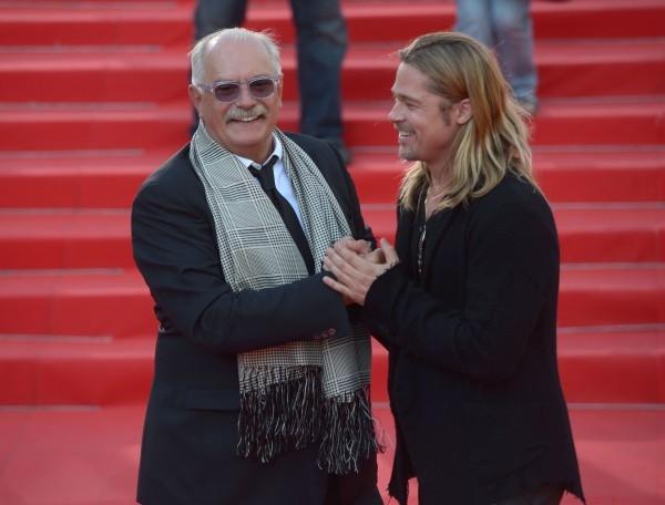 Американский актер Бред Питт и президент Московского международного кинофестиваля Никита Михалков