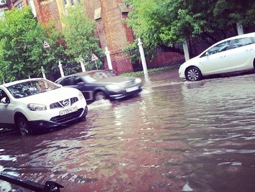 В районе метро Электрозаводская затопило проезжую часть