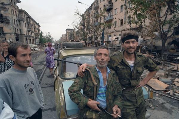 Чеченский конфликт 1994-1996 годов. Представители чеченских вооруженных формирований и жители Грозного.1996