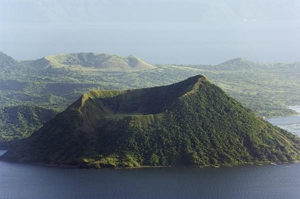 Вулкан Тааль (Лусон, Филиппины). В кратере образовалось небольшое озеро. Тааль является самым маленьким активным вулканом планеты. 30 января 1911 года произошло самое сильное в 20 веке извержения вулкана Тааль — погибли 1335 человек.