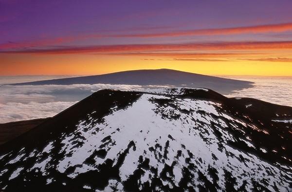 Вулкан Мауна-Лоа (Гавайи, США) - считается самым большим по объёму вулканом Земли (вместе с подводной частью), а именно 80 000 кубических километров. Последнее извержение произошло в 1984 году, последнее сильное извержение в 1950.