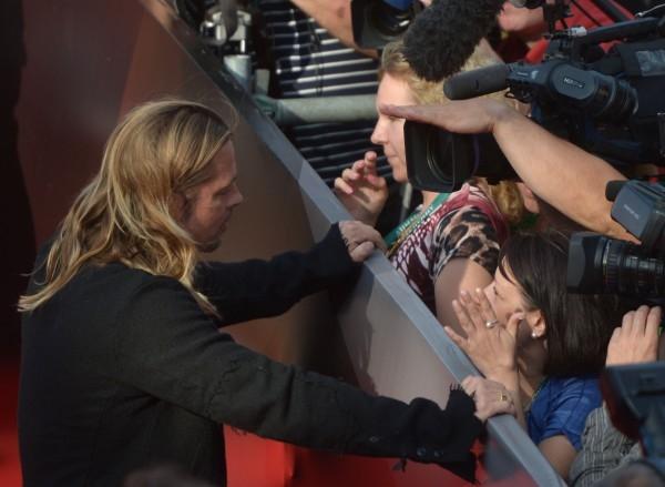 Американский актер Бред Питт общается с поклонникамиАмериканский актер Бред Питт общается с поклонниками