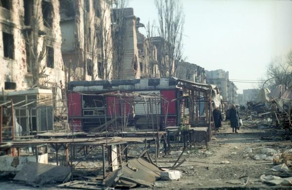 Дома, разрушенные в результате боевых действий, на одной из улиц города Грозного. 1995  Начавшаяся в 1994 году полномасштабная война, продлившаяся целое десятилетие, привела к тому, что город Грозный был стерт с лица земли.