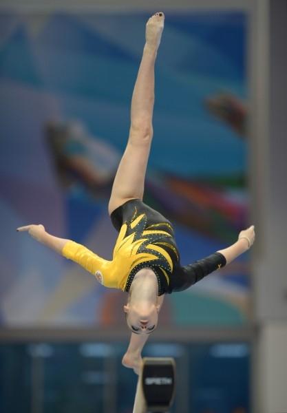 Алия Мустафина (Россия) выполняет упражнение на бревне на финальных соревнованиях по спортивной гимнастике в женском индивидуальном многоборье Алия Мустафина выиграла гимнастическое многоборье