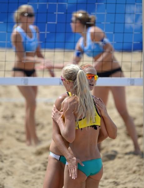 Игроки сборной России Мария Прокопьева (слева) и Светлана Попова в матче предварительного раунда женского турнира по пляжному волейболу между сборными командами России и Норвегии