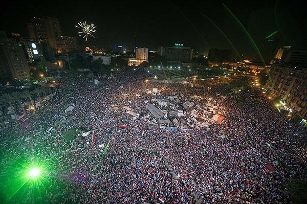 После сообщения об отстранении президента Мурси от должности, по всей стране прокатилась новая волна столкновений исламистов и сторонников оппозиции. Местами противостояние переросло в уличные перестрелки.