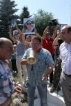 Когда к митингующим вышел глава администрации Станислав Сидоров и попытался успокоить людей, собравшиеся начали громко скандировать: «Выселять!»