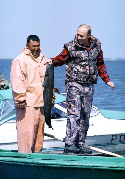 В дельте Волги Путин удил рыбу еще в 2002 году во время рабочей поездки по Астраханской области. Тогда он встретился с рыбаками и поинтересовался их уловом.