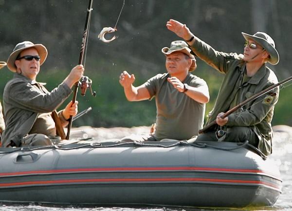 Известно, что президент России Владимир Путин любит активный отдых. В 2007 году он совершил 48-километровый сплав по реке Енисей вместе с князем Монако Альбером II. Тогда князь Монако поймал тайменя, а Путин хариуса и ленков.