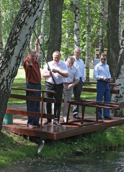 В 2008 году рыбалка объединила представителей четырех основных политических партий. Лидер ЛДПР Владимир Жириновский, председатель КПРФ Геннадий Зюганов и другие.