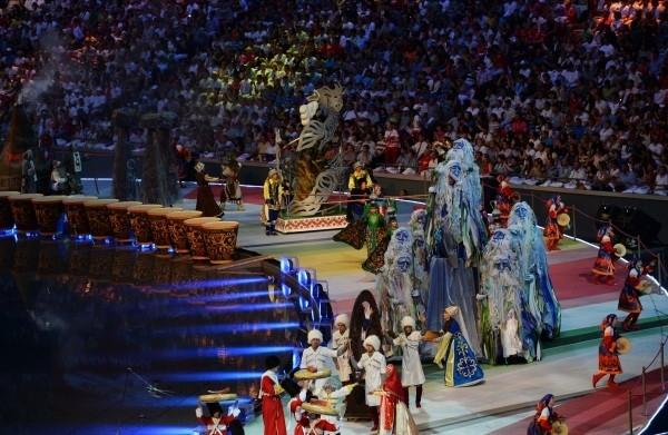 Артисты выступают на церемонии открытия XXVII Всемирной летней Универсиады