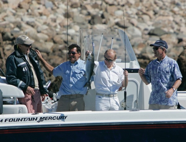 Кроме того, Путин удил рыбу и с президентом США Джорджем Бушем в Кеннебанкпорте во время своего визита в Соединенные штаты в 2007 году. Он поймал большого морского окуня, после чего выпустил его обратно в океан.