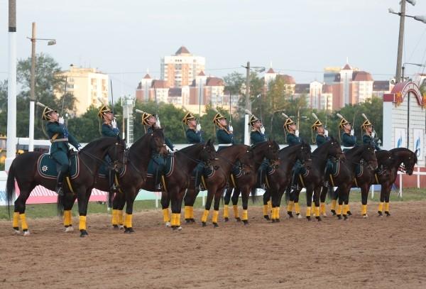 Скачки предварял парад конной полиции и кавалеристов Президентского полка.