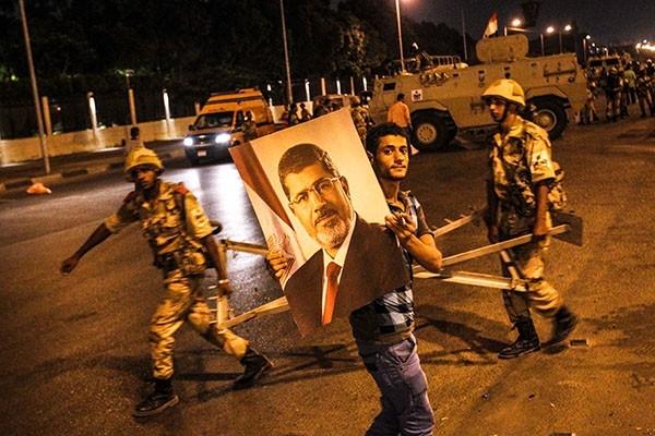 В столицу страны Каир и ряд других крупных городов вошла армейская бронетехника.