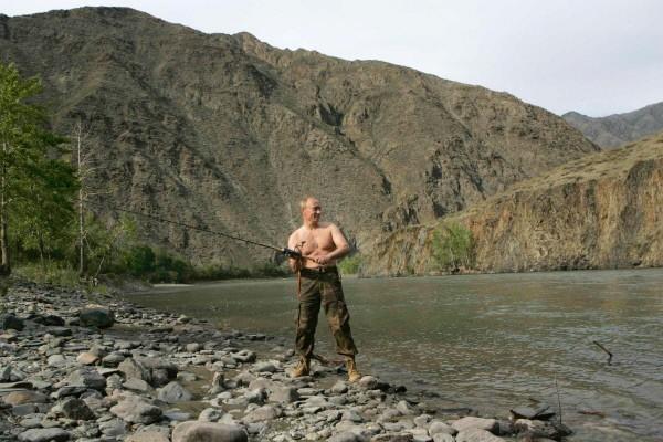 Фотосессия Владимира Путина во время рыбалки в Туве в 2007 году появилась по многих российских и зарубежных СМИ.