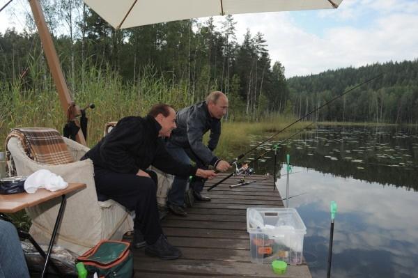 Из зарубежных политиков Владимир Путин рыбачил вместе с итальянским политиком и бывшим председателем Совета министров Италии Сильвио Берлускони.