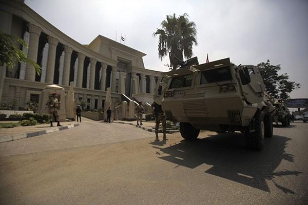 Заняв ключевые объекты и стратегически важные дороги, военные блокировали резиденцию президента страны.