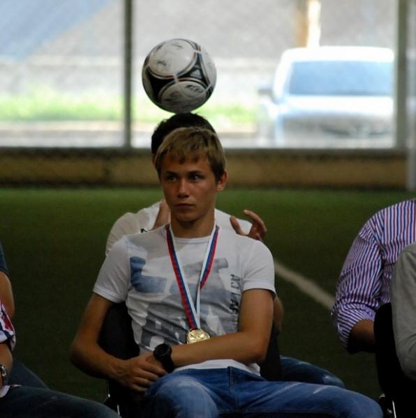 Алан Дзагоев подбрасывает мяч за спиной у своего одноклубника