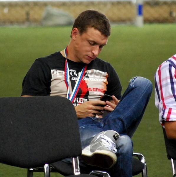 Павел Мамаев по привычке не может оторваться от мобильного интернета