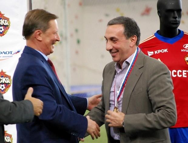 Евгений Гинер получает золотую медаль из рук Сергея Иванова