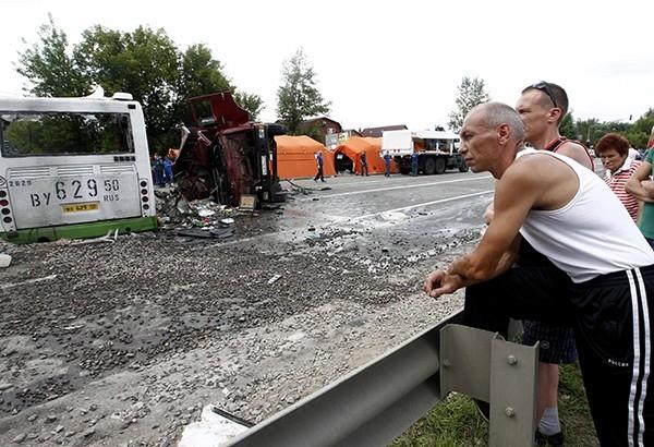 По данным ГИБДД, столкновение произошло после того, как грузовик выехал со второстепенной дороги и, поворачивая налево, не уступил дорогу автобусу, ехавшему по главной дороге и совершавшему рейс Подольск – Курилово.