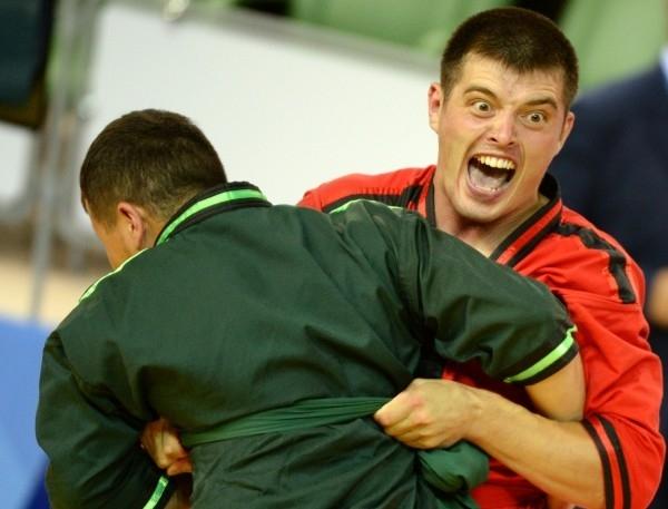 Российский спортсмен Инур Муртазин (справа) и Дуулатбек Сапарбек (Кыргызстан) во время полуфинального поединка на мужском турнире по борьбе на поясах (корэш) в весовой категории до 90кг