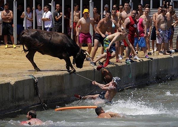 Тысячи желающих испытать судьбу и получить заряд адреналина приезжают в эти дни в городок Памплона на севере Испании
