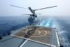 Вертолет Ка-27ПС Тихоокеанского флота производит посадку на палубу эсминца ВМС КНР