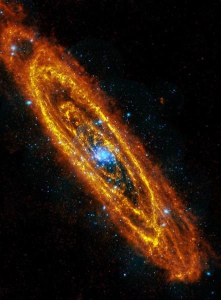 Туманность Андромеды.  —  спиральная галактика типа Sb. Она повернута к нам так, что ее главная плоскость составляет угол в 15° с лучом зрения.  Содержит 1 триллион звёзд, что в 2,5-5 раз больше Млечного Пути.